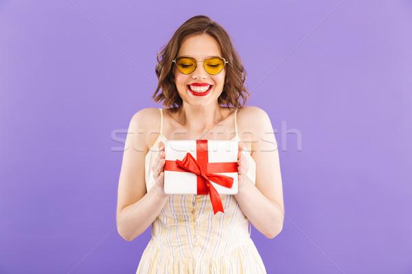 Portrait satisfait jeune femme lunettes de soleil présents Photo stock © deandrobot