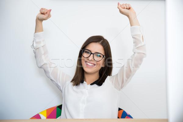 Boldog fiatal üzletasszony karok a magasban felfelé kéz Stock fotó © deandrobot