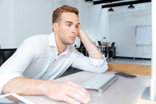 Traurig gelangweilt jungen Geschäftsmann arbeiten Computer Stock foto © deandrobot