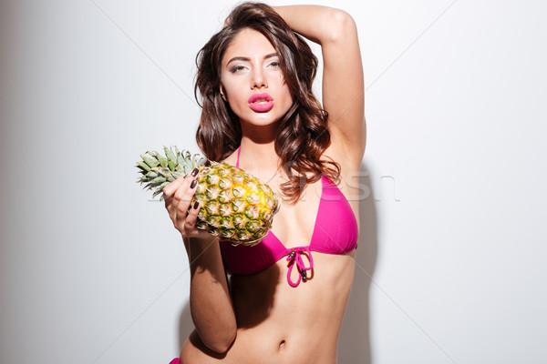 Gyönyörű fiatal tengerpart lány pózol bikini Stock fotó © deandrobot