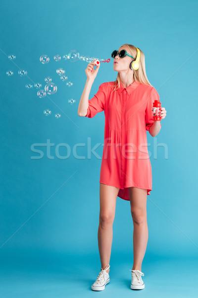 Nő napszemüveg buborékfújás hallgat zene fejhallgató Stock fotó © deandrobot