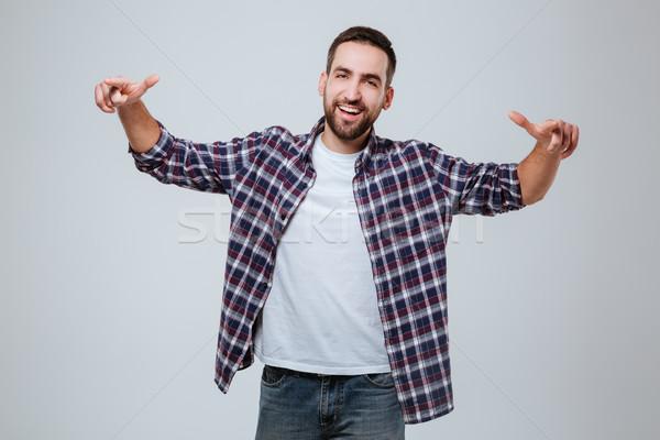 Gelukkig bebaarde man shirt wijzend camera Stockfoto © deandrobot