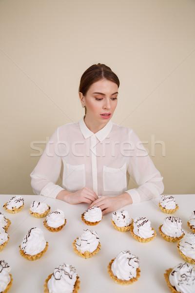Zagęszczony młodych pani stwarzające posiedzenia Zdjęcia stock © deandrobot