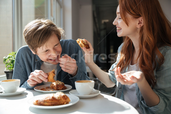 Meisje vriendje croissants lachend voedsel paar Stockfoto © deandrobot