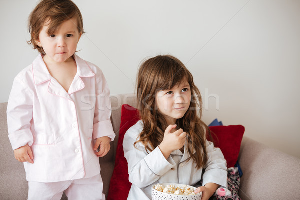 Enfants manger popcorn cute plat séance Photo stock © deandrobot