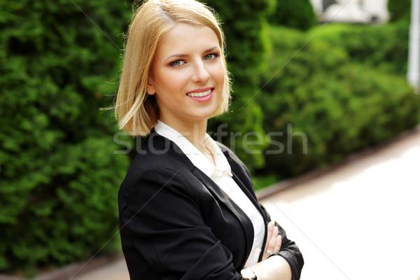 Portré boldog gyönyörű nő karok összehajtva park Stock fotó © deandrobot