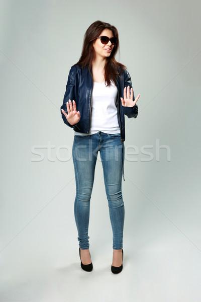 Jóvenes modelo chaqueta de cuero gafas de sol gris Foto stock © deandrobot