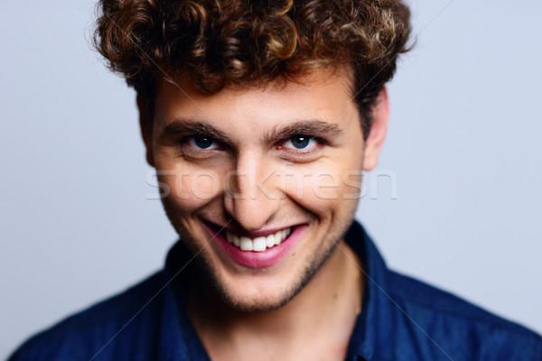 Portret uśmiechnięty człowiek kręcone włosy uśmiech szczęśliwy Zdjęcia stock © deandrobot
