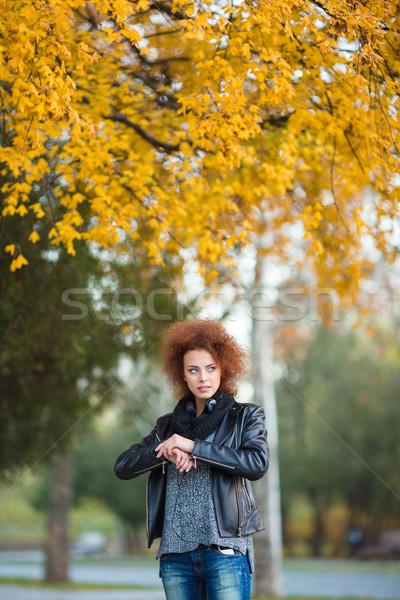 женщину ждет улице портрет вьющиеся волосы Сток-фото © deandrobot