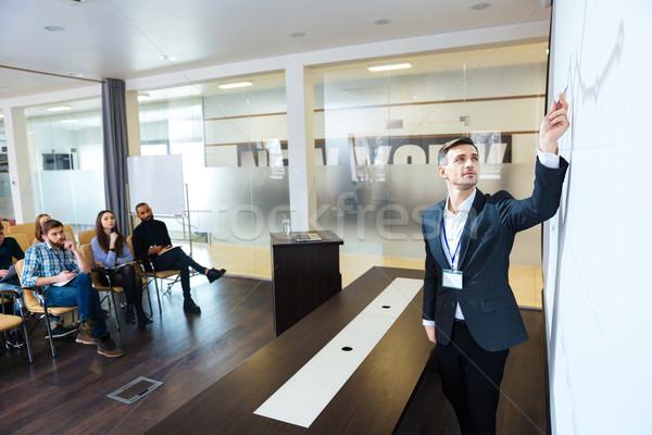 Concentré orateur présentation conférence salle pointant Photo stock © deandrobot