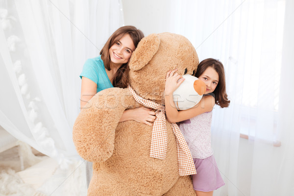 Kettő gyönyörű boldog lányok átkarol hatalmas Stock fotó © deandrobot