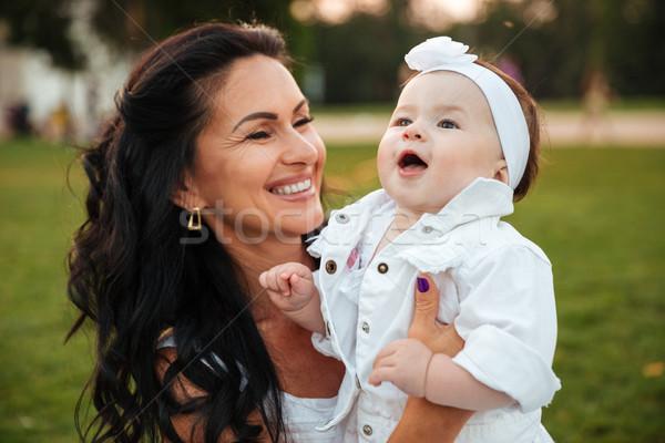 Madre giocare piccolo figlia ridere esterna Foto d'archivio © deandrobot