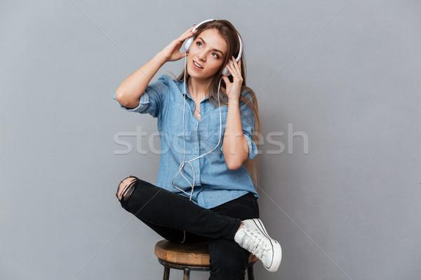 Femme shirt séance président écouter de la musique studio Photo stock © deandrobot