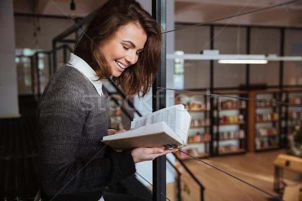 Porträt junge Mädchen Lesung Buch öffentlichen Bibliothek Stock foto © deandrobot