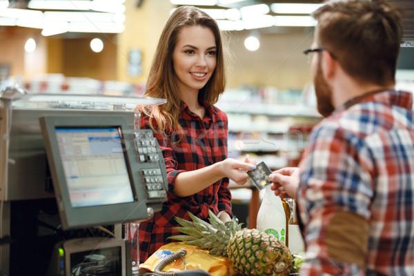 Kobieta karty kredytowej kasjer człowiek zdjęcie młoda kobieta Zdjęcia stock © deandrobot