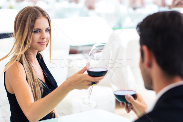 Kobieta pitnej wino czerwone chłopak restauracji dziewczyna Zdjęcia stock © deandrobot