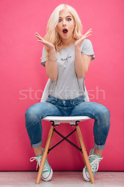 Meglepett bájos nő ül szék rózsaszín Stock fotó © deandrobot