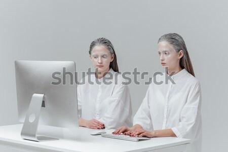 Deux cosmique femmes séance ordinateur mode Photo stock © deandrobot