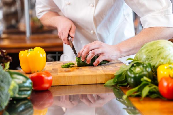 Verde fresche cetriolo taglio mani professionali Foto d'archivio © deandrobot