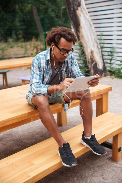 концентрированный человека таблетка африканских молодым человеком Сток-фото © deandrobot