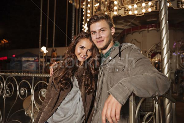 Portret paar pretpark naar camera glimlachend Stockfoto © deandrobot