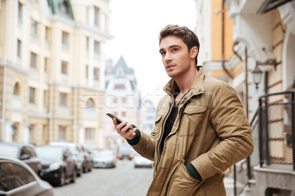 Hombre caminando calle teléfono celular Foto Foto stock © deandrobot