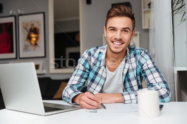 örömteli sörte férfi laptopot használ számítógép ír Stock fotó © deandrobot