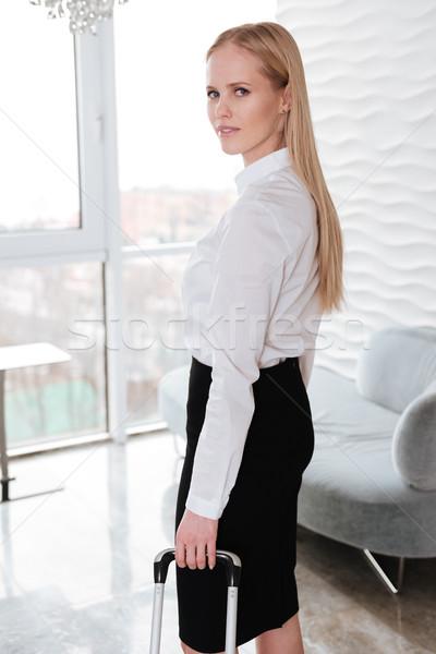 Bastante mujer de negocios pie oficina maleta Foto stock © deandrobot