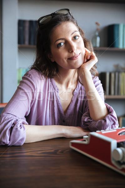 Foto stock: Retrato · mulher · madura · sessão · secretária · máquina · de · escrever · olhando
