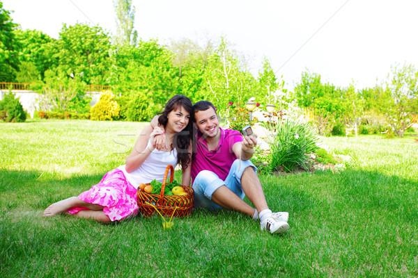 Fiatal pér elvesz fotó piknik kint lány Stock fotó © deandrobot