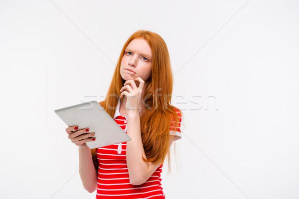 Peinzend mooie jonge vrouw denken tablet Stockfoto © deandrobot