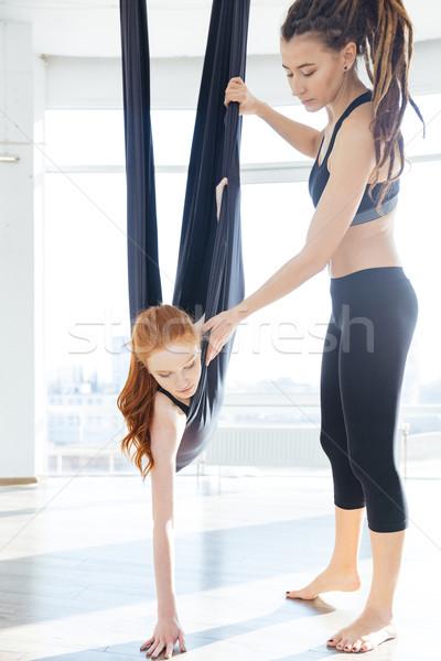 Entrenador ensenanza mujer aéreo yoga hamaca Foto stock © deandrobot