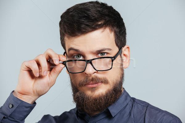 Grave hombre gafas mirando cámara primer plano Foto stock © deandrobot