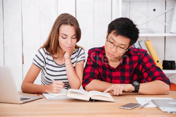 Studentów nauki edukacji materiału klasie patrząc Zdjęcia stock © deandrobot