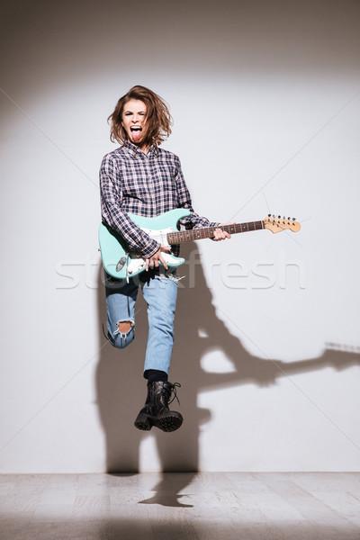 Foto d'archivio: Attrattivo · signora · chitarra · jumping · foto