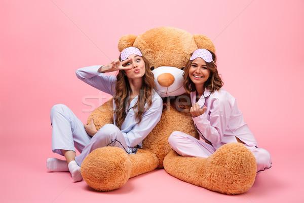 Kettő mosolyog fiatal lányok pizsama ül Stock fotó © deandrobot