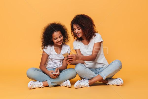 Porträt zwei glücklich afro Schwestern Stock foto © deandrobot