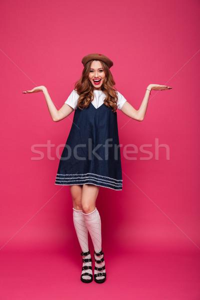 Derűs hölgy mutat copy space mosolyog kamerába Stock fotó © deandrobot