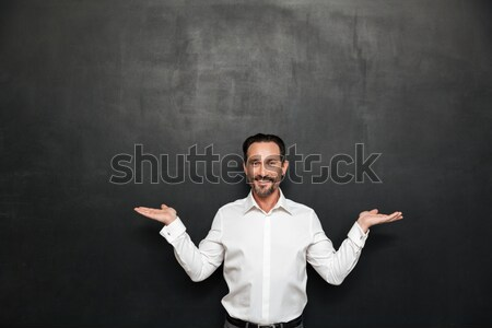 Stockfoto: Optimistisch · bebaarde · man · witte · shirt · wijzend