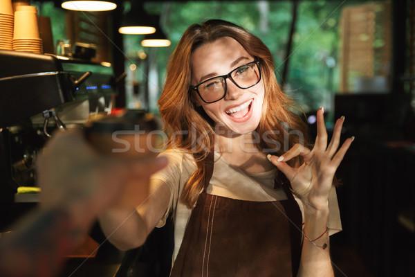 Portret vriendelijk jonge barista meisje schort Stockfoto © deandrobot
