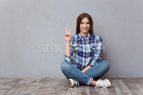 Donna seduta piano vittoria segno Foto d'archivio © deandrobot