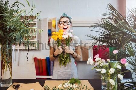 Donna fiorista tulipani parlando Foto d'archivio © deandrobot