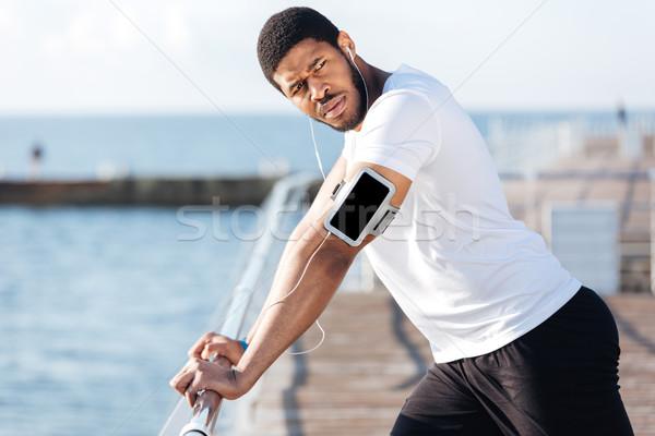 スポーツマン 音楽を聴く 画面 スマートフォン 桟橋 深刻 ストックフォト © deandrobot