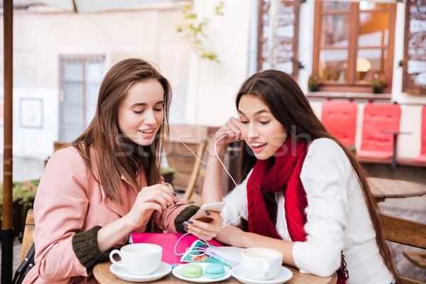 Ebéd kettő csinos barátok egy lány kabát Stock fotó © deandrobot