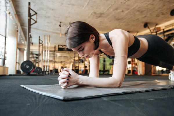 Фитнес-женщины доска осуществлять спортзал молодые Сток-фото © deandrobot
