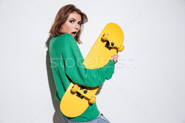 Gyönyörű zavart görkorcsolyázó hölgy gördeszka fotó Stock fotó © deandrobot