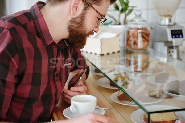 Kép jóképű férfi választ édes sütemény kávéház Stock fotó © deandrobot