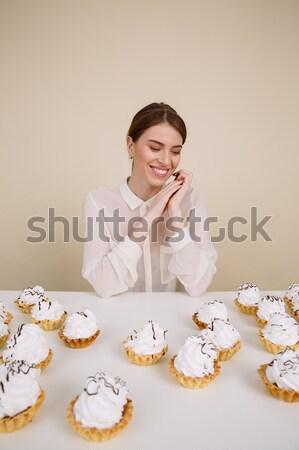 Zdjęcia stock: Uśmiechnięty · młodych · pani · stwarzające · posiedzenia