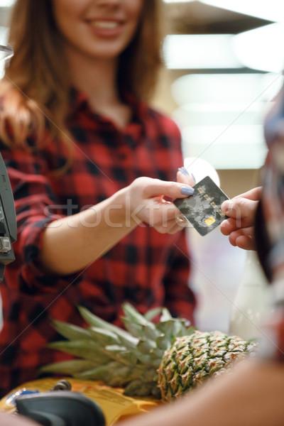 Kadın kredi kartı kasiyer adam resim genç kadın Stok fotoğraf © deandrobot