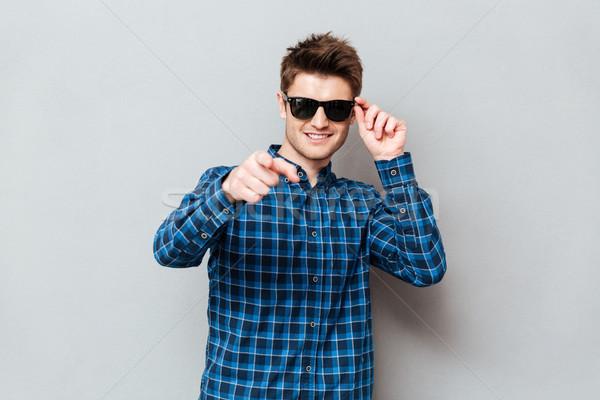 Foto stock: Feliz · homem · óculos · de · sol · indicação · imagem
